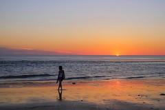 La fille qui regardait l'horizon (Isa-belle33) Tags: sunset soleil contrejour ombre shadow woman femme silhouette beach plage ocean water eau sea mer reflet reflection colors couleurs fujifilm