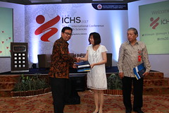 Dr. Widodo presents a gift to Prof. Nai-Ying Ko (International Conference on Health Sciences) Tags: international health sciences ichs 2017 yogyakarta indonesia eastparc universitas gadjah mada bpp ugm badan penerbit publikasi medicine medical research researcher speaker emerging reemerging infectious disease tropical neglected sexually transmitted drug resistance technology clinical presentation conference annual ichs2017