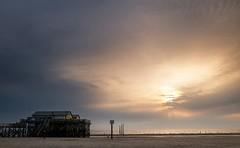Strandhaus (Petra Runge) Tags: sonnenuntergang himmel strand wasser küste nordsee sankt peterording ufer