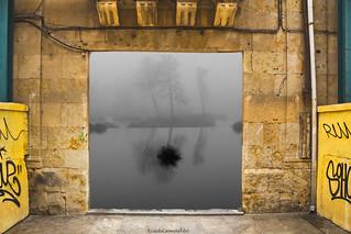 Door frame to a frame in the fog - Marco de una puerta para un encuadre en la niebla