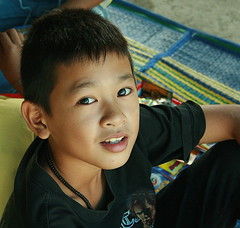 boy looking up (the foreign photographer - ฝรั่งถ่) Tags: boy looking up khlong thanon portraits bangkhen bangkok thailand canon