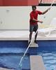 Filtrando a H2O (fotojornalismoespm) Tags: caseiro piscineiro piscina peneira casa tarefas