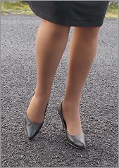 2017 - 11 - Karoll  - 712 (Karoll le bihan) Tags: escarpins shoes stilettos heels chaussures pumps schuhe stöckelschuh pantyhose highheel collants bas strumpfhosen talonshauts highheels stockings tights