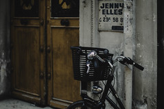 vélo à Paris ... (jess feldon photography) Tags: paris streetphotography city urban jessfeldon 50mm street bicycle door lookslikefilm depth dof