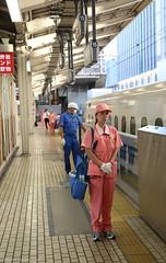 Snel aan de slag (Maurits van den Toorn) Tags: trein train personnel personeel station gare tokyo tokio japan nippon