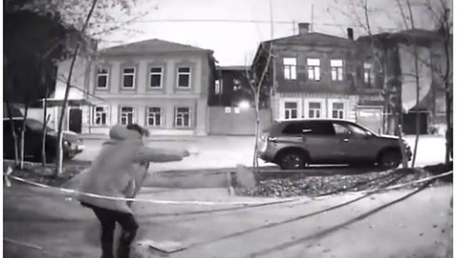 Пенсионерка разбила плитку ледорубом уподъезда дома вСамаре