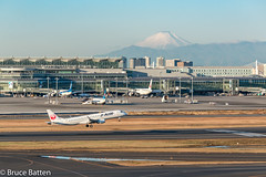 171226 HND-FUK-07.jpg (Bruce Batten) Tags: vehicles aircraft snowice reflections buildings shadows locations hnd automobiles tokyo airports honshu mountains fuji transportationinfrastructure subjects japan airplanes ōtaku tōkyōto jp businessresearchtrips trips occasions