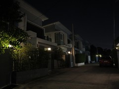 part of a new housing village before dawn (the foreign photographer - ฝรั่งถ่) Tags: green house housing village new bangkhen bangkok thailand canon street lights
