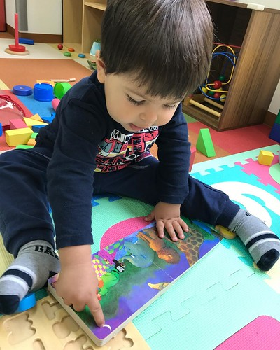 What book do you like to read?😊 . Starkids International Preschool, Tokyo. #starkids #international #preschool #school #children #kids #kinder #kindergarten #daycare #fun #shibakoen #minatoku #tokyo #japan #instakids #instagood #twitter#子供 #幼稚園 #保育園