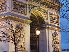 Arc de Triomphe - tombée de la nuit (atnag) Tags: paris arcdetriomphe night lights tree monument architecture calm romantic travel voyage france french parisian champselysees placedelétoile nuit heurebleue thebluehour