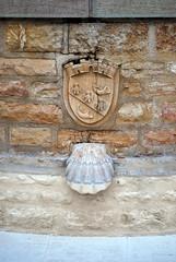 Saint-Gengoux-le-National (71) :  coquille Saint-Jacques et blason (odile.cognard.guinot) Tags: coquillesaintjacques saôneetloire bourgogne bourgognefranchecomté saintgengouxlenational 71 armoiries lavoir chemindesaintjacquesdecompostelle chemindelangresàcluny chemindesallemands