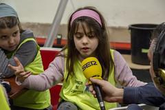 Una de las consejeras habla con Juanma Cano, locutor de Radio Eibar.