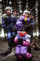 Melker, Millan, Helge, farfar Sven, Ellinor 2001 (Anders Österberg) Tags: familj family forest skog snö snow winbter winter vinter branch gren overall mössa cap boots stövlar cold