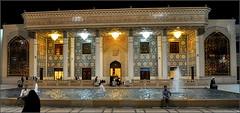 avant d'entrer dans la mosquée, nous traversons une cour intérieure où nous pouvons admirer l'ensemble des bâtiments, dont cet édifice ! (Save planet Earth !) Tags: iran shiraz travel voyage nikon amcc