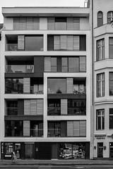 Kreuzbergstraße (Berlin-Knipser) Tags: berlin blackandwhite bw blackwhite artinbw schwarzweis schwarzweiss sw sonya7ii canonfd deutschland germany kreuzberg architektur
