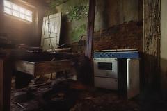 Noch fix ein Leckerchen kochen! (Bast - Art) Tags: kochen herd fenster urbex urban exploring lost place belgium essen abandone decay licht