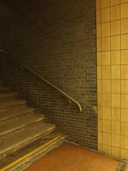 26/31 (mkorsakov) Tags: dortmund hbf bahnhof mainstation treppe stairs handlauf handrail kacheln fliesen tiles retro vintage leer empty