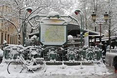 Métro Paris (Lamia A) Tags: paris snow love white january neige hiver winter tourism tourist touristes notredame métro ratp cité