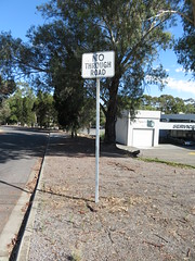 Faded 'No Through Road' sign - North East Rd/Carlisle Pl, Modbury/Valley View (RS 1990) Tags: adelaide teatreegully modbury valleyview southaustralia northeastrd friday 19th january 2018 nothroughrd sign carlislepl old