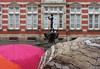 Rattenfängerstadt Hameln (Helmut44) Tags: deutschland germany niedersachsen deutschemärchenstrase hameln rattenfängerstadt rattenfänger regenschirm rattenfängerbrunnen altstadt skulptur
