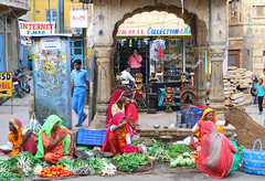 The Colours Of India (TablinumCarlson) Tags: jaysalmer city india indien dlux 2 leica asia asien rajasthan fassade treppen जैसलमेर fort jaisalmer festung streetphotography street markt marcet woman women händler dealer gemüse vegetable colours farben colors scene strassenszene thecoloursofindia