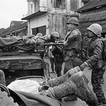 Huế 1968 Tet Offensive - Di tản thương binh TQLC Nam VN tại khu vực chợ Bao Vinh Huế thumbnail
