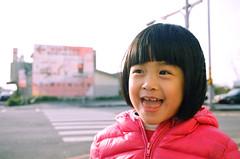 笑嘻嘻 (moseskim27) Tags: taiwan zhubei 竹北 f35 kodakgoldiso100 child canonef2880mmf3556 toottoot negatives canoneos500n
