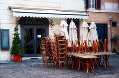 Bizzarre coincidenze (encantadissima) Tags: roma lazio ilristorodelpatriota chiusoperlavori bizzarrecoincidenze piazzabarberini trevi sedie tavoli ombrelloni streetphotography dissacrante