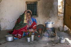 Mujer de la etnia Meghwar cocinando en el patio de su casa en el pueblo de Bhirandiara, cerca de Bhuj (Guyarat-India), 2015. Meghwar woman cooking in the courtyard of her house in the village of Bhirandiara, near Bhuj (Gujarat-India), 2015. (Luis Miguel Suárez del Río) Tags: harijan bhuj etnia india gujarat meghwar meghwal bhirandiara bhirandiyara