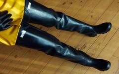 Sensational Shorefishers (essex_mud_explorer) Tags: hunter shorefisher rubber thigh hip boots waders watstiefel cuissardes stivali bottes caoutchouc rubberlaarzen gummistiefel rubberboots rubberwaders thighboots thighwaders marigold emperor marigoldemperor me107 gloves gauntlets rubbergloves rubbergauntlets black