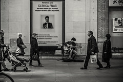 Contrastes urbanos (Ignacio M. Jiménez) Tags: fotografíayliteratura ignaciomjiménez street urbana calle musico gente people sevilla andalucia andalusia españa spain byn bw blancoynegro blackandwhite