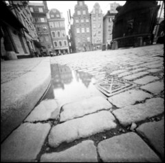 382 APX25 06 (rubbernglue) Tags: pinhole 6x6 ondu analog analogexif artistic oldtown stockholm sverige distortion vignetting agfaapx caffenol 2017