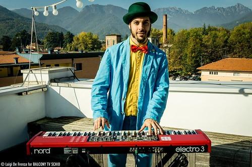 Saffir Garland  🎹 #cantautore 📷 ] ; ) ::\☮/>> http://www.elettrisonanti.net/galleria-fotografica #alternative #satirica #rock 🎸 #musica #underground #concerti #sottosuolo #coltan #lacalmadeimalvaggi 🎶 #dalvivo #music :