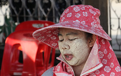 Mae Klong Railway market (raffaele pagani) Tags: maeklongrailwaymarket mercatosullerotaie provinciadisamutsongkhram thailandia mercato market frutta verdura carne pesce canon honeymoon lunedemiel