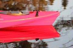 Reflets de l'été (Vicky Bella) Tags: canoe reflet bokeh water lake red rouge lac reflection