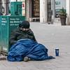"""Traurige Ironie: """"Holen Sie das Beste für sich raus!"""" (Janos Kertesz) Tags: obdachlos arm armut münchen stadt kalt kälte traurig hilflos homeless street person man depression male city despair problem bettler"""