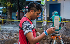 2018 - Mexico City - Surveying the Street (Ted's photos - For Me & You) Tags: 2018 cdmx cityofmexico cropped mexico mexicocity nikon nikond750 nikonfx tedmcgrath tedsphotos tedsphotosmexico vignetting ciudaddeméxico man male boy instrument bokeh sokkia red redrule surveyor surveying