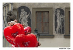 St Valentin à Prague / Valentine's Day in Prague (Thierry De Neys - Photographies) Tags: thierrydeneys républiquetchèque prague ballon balloon amour love façade coeur heart rouge red rood valentijnsdaginpraag czechrepublic tsjechischerepubliek stvalentin saintvalentin valentinesday valentijnsdag bal liefde amore amor corazón hart iloveyou iloveu tequiero tiamo hug câlin
