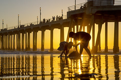Sunset sands (pic fix) Tags: huntingtonbeach huntingtonbeachpier beach coast sunset sunrisesunsets perfectsunsetssunrisesandskys california places seaside sea fireinthesky pier reflection wet people pacificcoasthighway