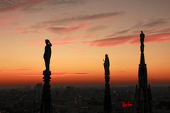 Old meets new (Ewa Zabówka) Tags: duomo milan milano italy italia sky redsky saints cathedral monument statue people tourist sunset city