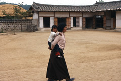 """Citius, Altius, Fortius"" (Pierre♪ à ♪VanCouver) Tags: korea southkorea motherandchild 韓国 母 엄마 corée kankoku корея"