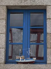 Fenêtre bretonne * (Titole) Tags: window boat reflection blue titole nicolefaton lines friendlychallenges