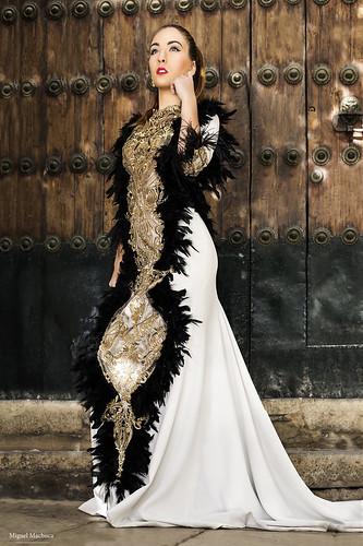 07 Vestido de fiesta de fiesta blanco con plumas negras y dorado