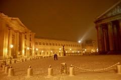 Place des Grands Hommes (Stéphane Emery) Tags: paris parisbynight snowfall chutedeneige neige france iledefrance street streetphotography streetphoto streetscene night îledefrance
