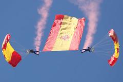 70 aniversario primer salto paracaidista del Aire (Ejército del Aire Ministerio de Defensa España) Tags: paracaidismo paracaidistas parachute parachuting paracaidismomilitar bandera españa papea patrullaacrobáticadeparacaidismo aerobatic ejército del aire spanishairforce aviación aviadores