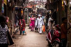 Delhi, India (Aicbon) Tags: verde delhi newdelhi olddelhi nuevadelhi viejadelhi street calle people gente colors color carrer calles streetsofindia india indian asia callejon hindu indio canoneos500d 50mm f14