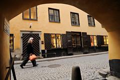 Österlånggatan from Ferkens Gränd - Gamla Stan - Stockholm - Sweden (PascalBo) Tags: nikon d300 sweden sverige suède stockholm capital capitale europe scandinavia scandinavie ferkensgränd architecture street rue fenêtre window gamlastan pascalboegli 123faves