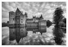 Château de Sully sur Loire (JG Photographies) Tags: europe france french sullysurloire loiret château paysage jgphotographies canon7dmarkii noiretblanc nb reflet