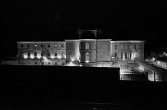(Paysage du temps) Tags: 2018 20180104 architecture film france hp5 ilford leicam6 nevers nievre summicron35mm maison arrêt prison jail barbelés wire nuit night