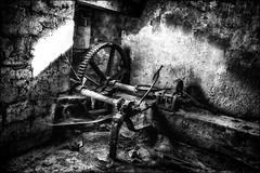 La roue de l'infortune! / Wheel of misfortune!! (vedebe) Tags: abandonné urbex usine usinedésaffectée decay noiretblanc netb nb bw monochrome street rue urbain urban ville city